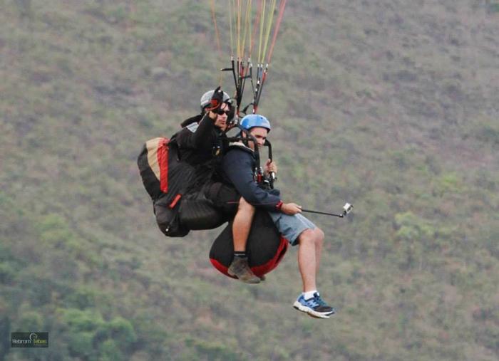 Andre Voando de Parapente na Serra da Moeda
