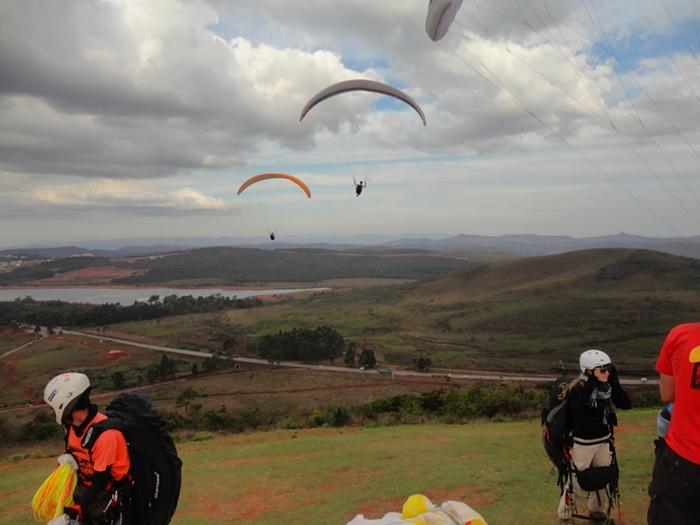 Parapentes Decolando na Serra da Moeda - MG